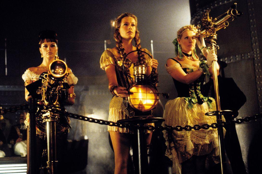 Mit der Hilfe seines attraktiven Trios (v.l.n.r.: Musetta Vander, Frederique Van Der Wal und Sofia Eng) gelingt es dem diabolisch-genialen Verbreche... - Bildquelle: Warner Bros. Pictures