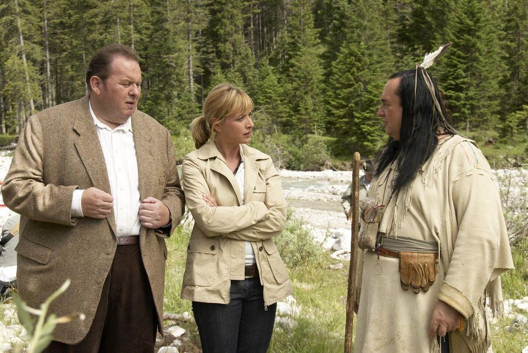 Benno (Ottfried Fischer, l.) und Nadine (Katharina Abt, M.) treffen am Fundort der Leiche auf Bennos alten Indianerfreund Walter (Willy Michl, r.).... - Bildquelle: Walter Wehner Sat.1