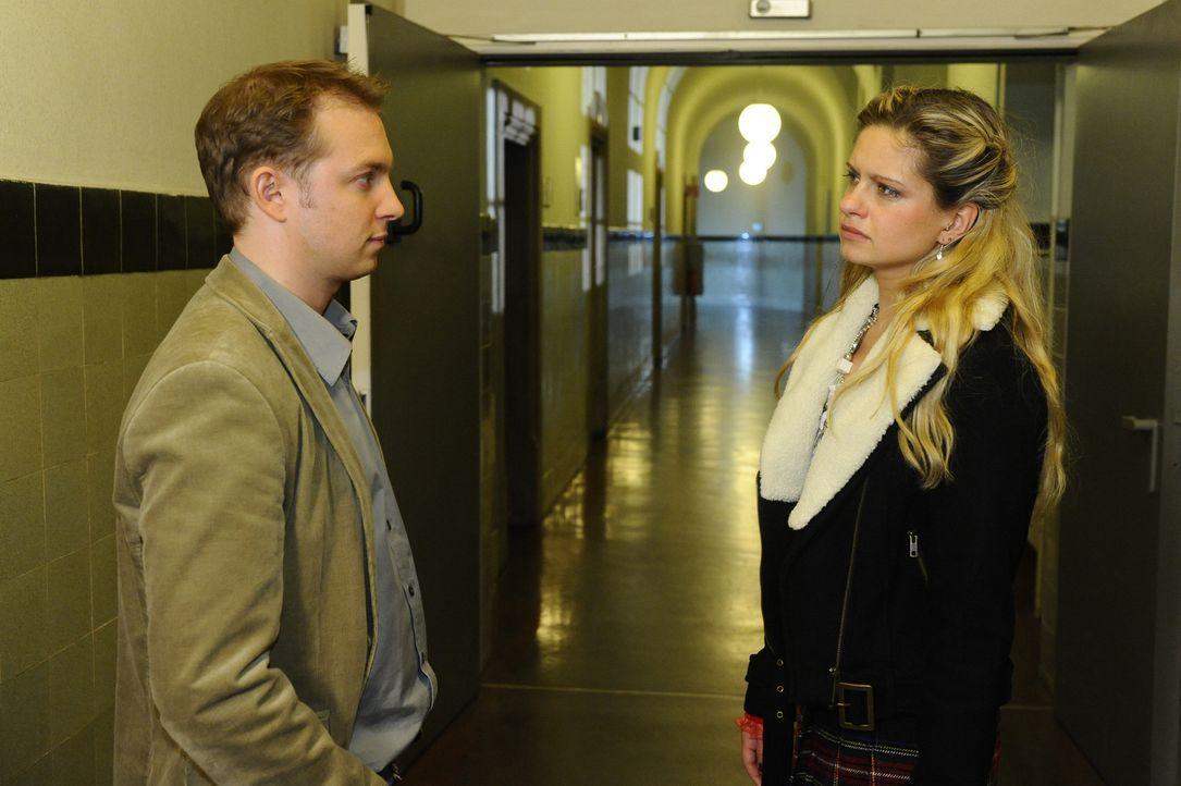 Der Analphabetismus bringt sie in Schwierigkeiten: Kursteilnehmer Dieter (Jens Kaufmann, l.) und Mia (Josephine Schmidt, r.) ... - Bildquelle: SAT.1