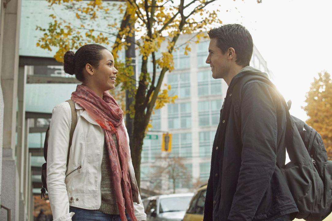 Für Stephen (Robbie Amell, r.) und sogar Astrid (Madeleine Mantock, l.) wird es immer schwerer, ein ganz normales Leben zu führen ... - Bildquelle: Warner Bros. Entertainment, Inc