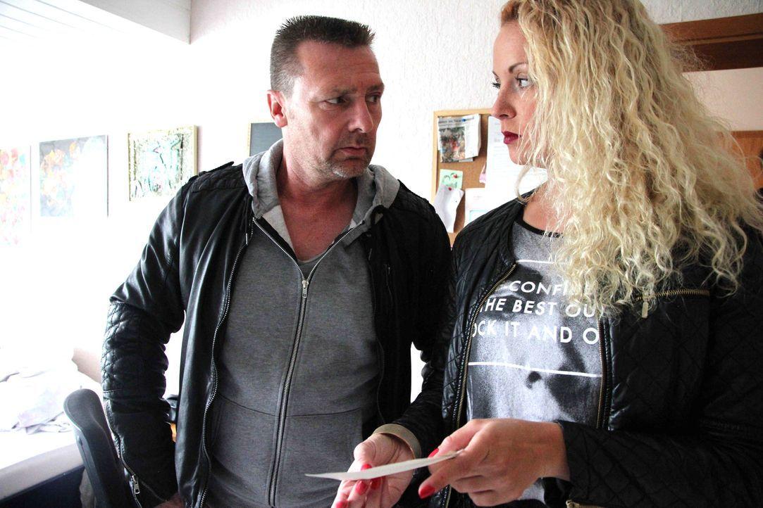 Setzen sich stets für ihre Klientinnen voll und ganz ein: die erfahrenen Detektive Heiner Sturm (l.) und Sophie Bergmann (r.) ... - Bildquelle: SAT.1