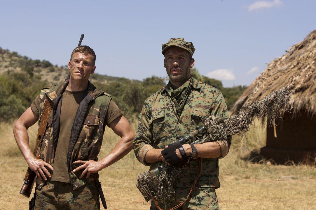 Scharfschützenausbilder Richard Miller (Billy Zane, r.) macht Brandon (Chad Michael Collins, l.) mit den Feinheiten des Scharfschützenkampfes vertra... - Bildquelle: 2011 Sony Pictures Television Inc. All Rights Reserved.