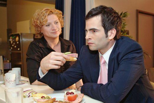 Verliebt in Berlin - Agnes (Susanne Szell, l.) unterstreicht Lisas Loyalität...
