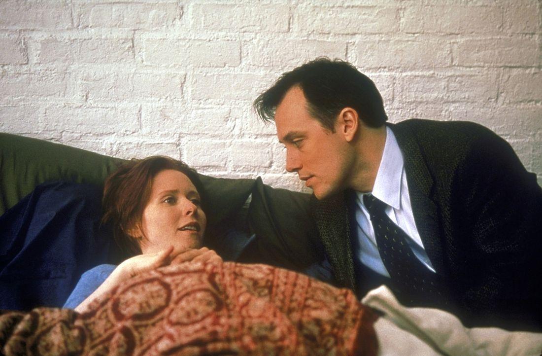Miranda (Cynthia Nixon, l.) stellt seltsame Vorlieben ihres neuen Freundes Ted (David Aaron Baker, r.)  fest ... - Bildquelle: 1998 HBO