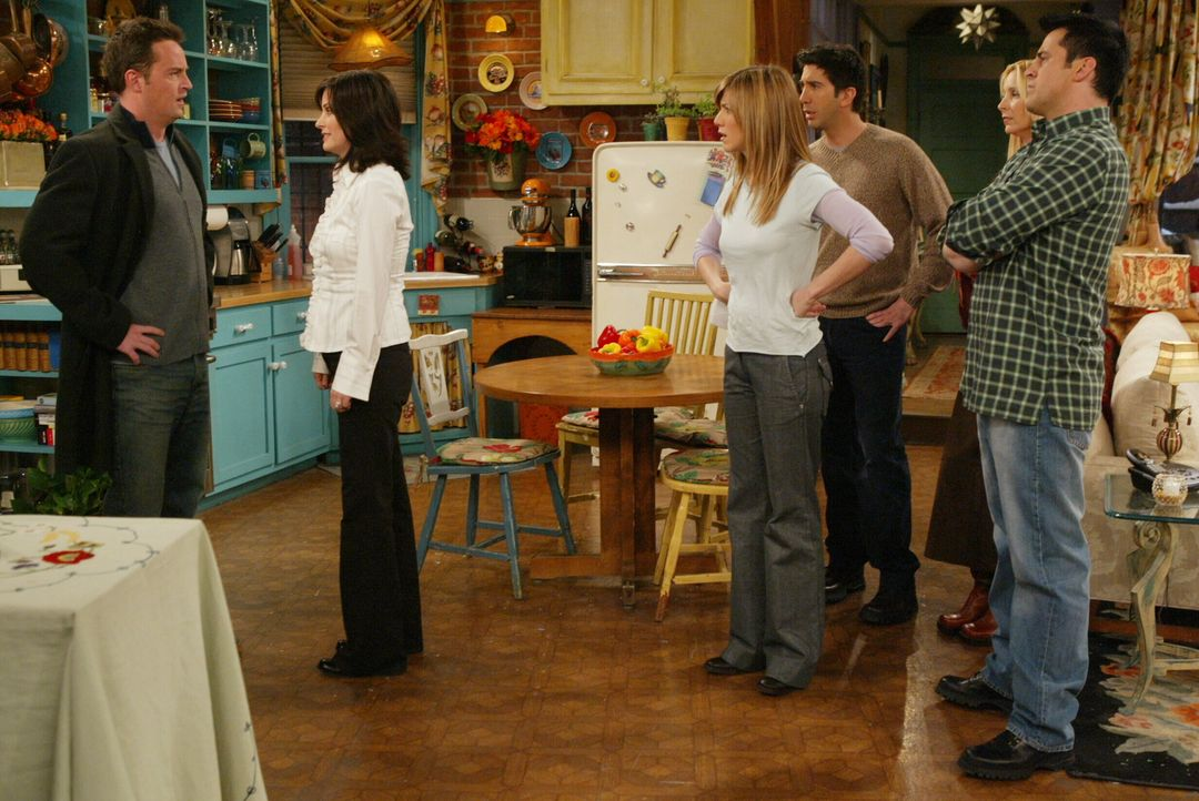 Im Auftrag von Phoebe (Lisa Kudrow, 2.v.r.), Rachel (Jennifer Aniston, 3.v.l.), Joey (Matt LeBlanc, r.) und Ross (David Schwimmer,3.v.r.) stellt Mon... - Bildquelle: 2003 Warner Brothers International Television