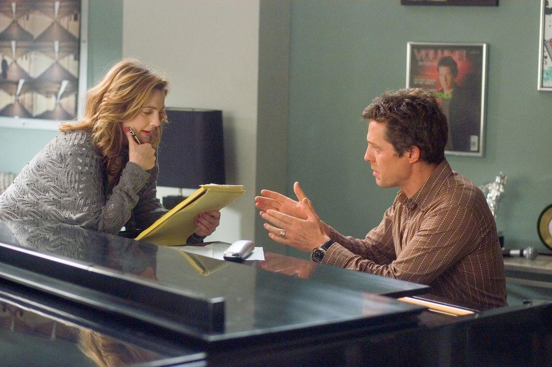 Als Alex (Hugh Grant, r.) und Sophie (Drew Barrymore, l.) sich kennen lernen, stellen sie schnell fest, dass sie zusammen ein erfolgreiches Songschr... - Bildquelle: Warner Bros.