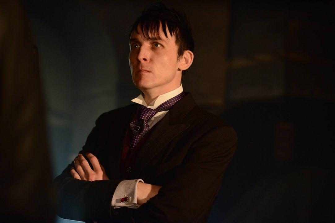 Butch führt Penguin (Robin Lord Taylor) an den Ort, an dem seine Mutter angeblich gefangen gehalten wird. Doch dort erwartet beide eine Überraschung... - Bildquelle: Warner Brothers