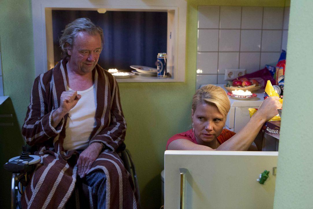 In Dannis (Annette Frier, r.) und Kurts (Axel Siefer, l.) Wohnung sieht es sehr düster aus. Nachdem Kurt die Hausverwaltung mit einem weiteren Prote... - Bildquelle: Frank Dicks SAT.1