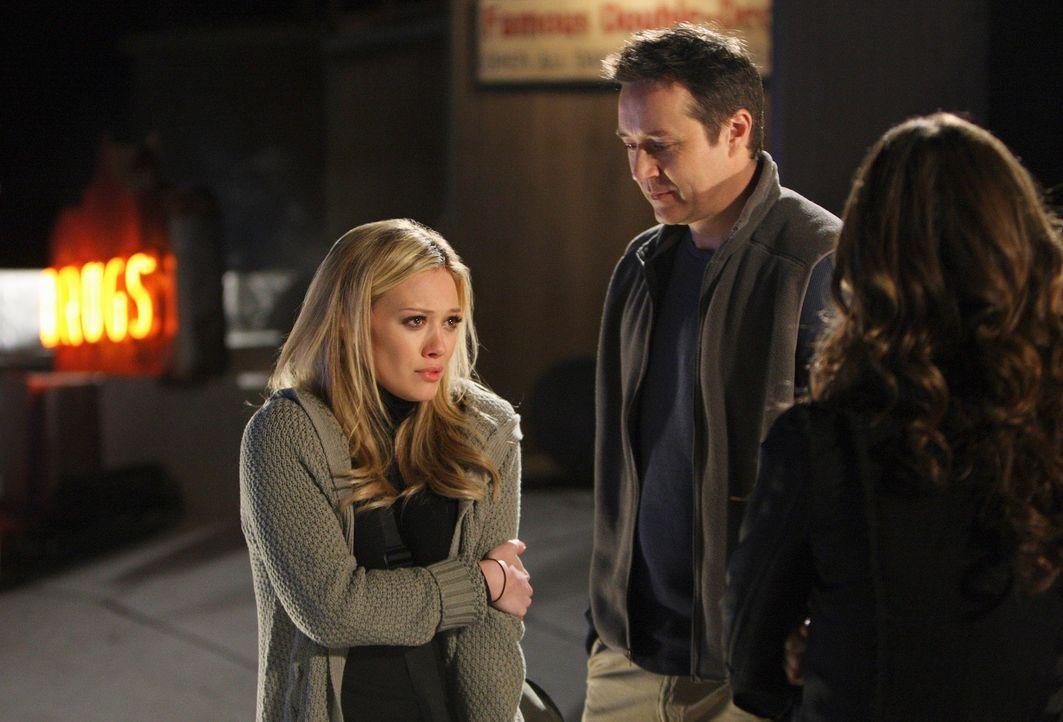 Melinda (Jennifer Love Hewitt, r.) versucht zwischen Ricks (Currie Graham, M.) Geist und Morgan Jeffries (Hilary Duff, l.) zu vermitteln. - Bildquelle: ABC Studios