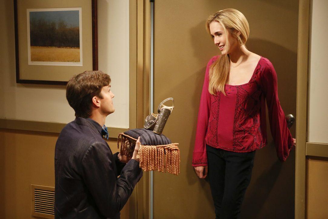 Nach einem missglücken Date möchte Walden (Ashton Kutcher, l.) Jill (Spencer Locke, r.) zeigen, wie sehr er sie mag - doch da gibt es noch ein Probl... - Bildquelle: Warner Bros. Television