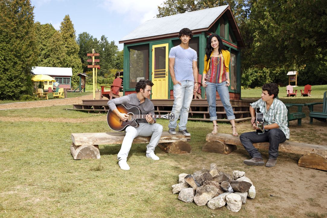 """Gegenüber hat das """"Star Camp"""" eröffnet und droht nun dem """"Camp Rock"""" und seinen Lehrern (v.l.n.r.) Jason (Kevin Jonas), Shane (Joe Jonas), Mitchie (... - Bildquelle: Disney"""