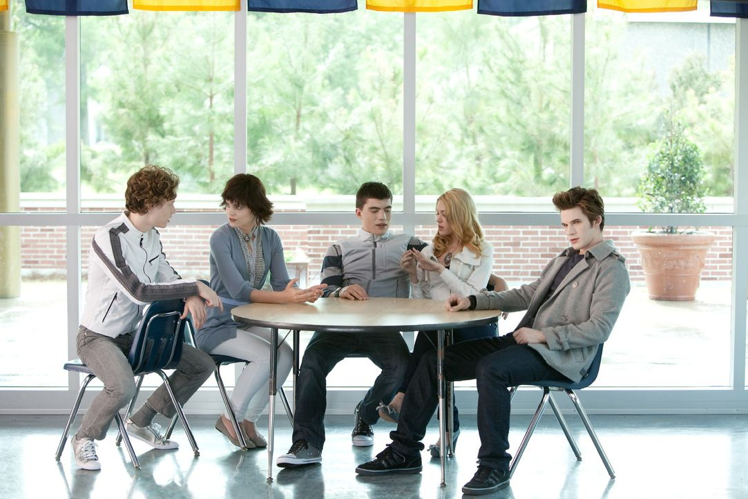 In der Cafeteria der neuen Schule erblickt Becca den attraktiven Edward (Matt Lanter, r.) und verliebt sich prompt in ihn. Was sie nicht ahnt: Er is... - Bildquelle: Alan Markfield 2010 Twentieth Century Fox Film Corporation. All rights reserved.