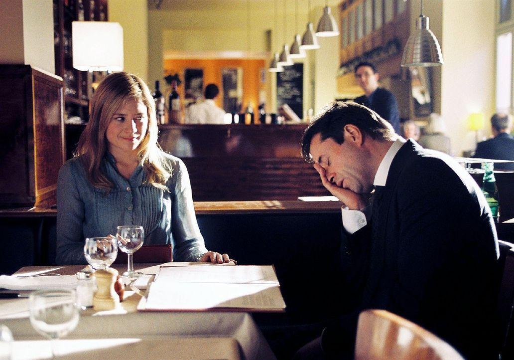 Laurens (Jan Josef Liefers, r.) hat es übers Herz gebracht, Gina (Julia Jentsch, l.) zu fragen ob er sie zum Essen einladen dürfe. Zu seiner großen... - Bildquelle: Stephan Rabold Sat.1