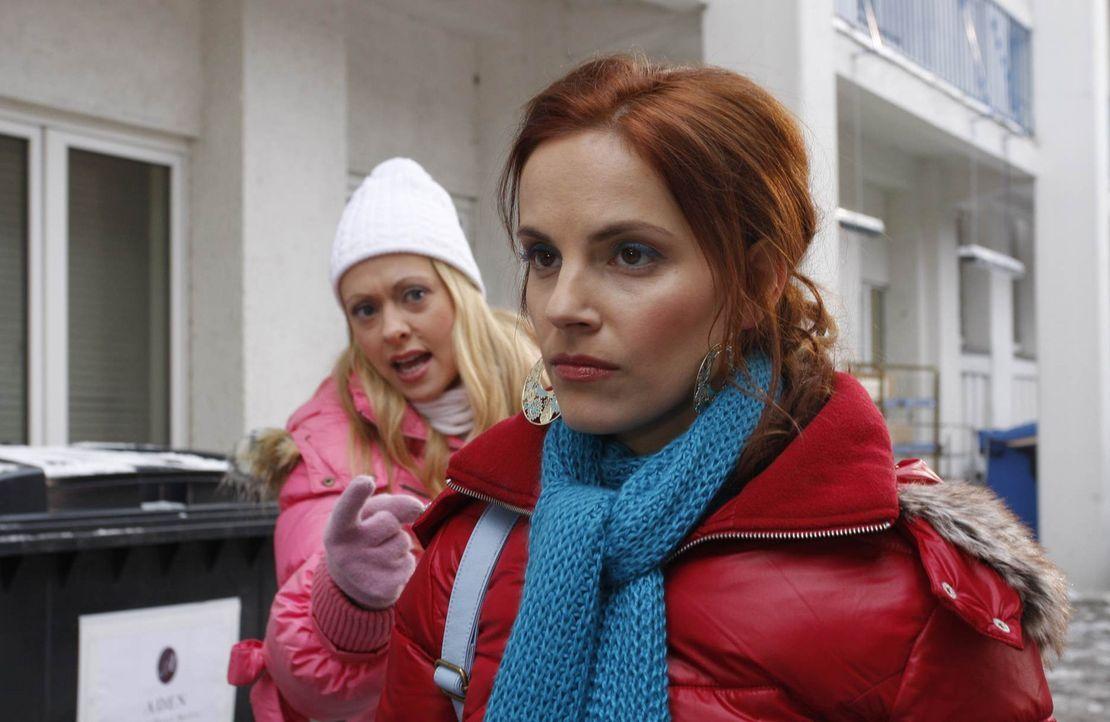 Manu (Marie Zielcke, r.) versucht sich, statt wie Lindi (Mirjam Heimann, l.) mit Fäusten, verbal zur Wehr zu setzen. Zunächst scheint Ralf durch L... - Bildquelle: SAT.1