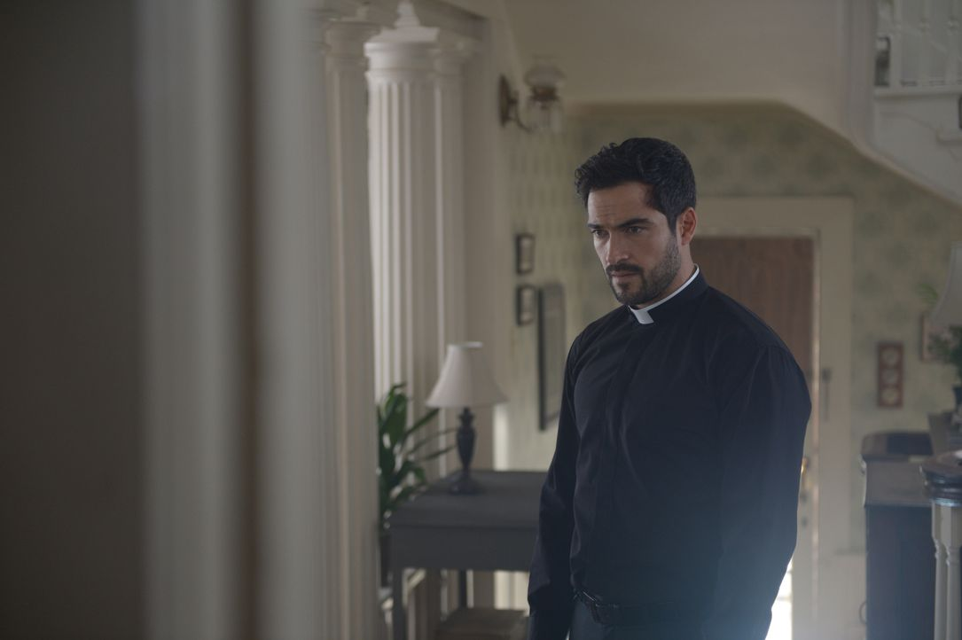 Als Pater Tomas (Alfonso Herrera) beginnt, an seiner Bindung zu Gott zu zweifeln, machen er und Marcus im Haus und Garten der Familie Kim beunruhige... - Bildquelle: 2017 Fox and its related entities.  All rights reserved.