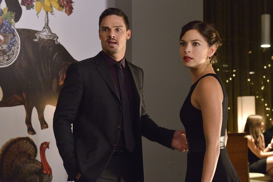 Ist der herzkranke Milliardär der Strippenzieher hinter dem Mord oder war doch jemand anders Schuld daran? Catherine (Kristin Kreuk, r.) und Vincent... - Bildquelle: Ben Mark Holzberg 2015 The CW Network, LLC. All rights reserved.