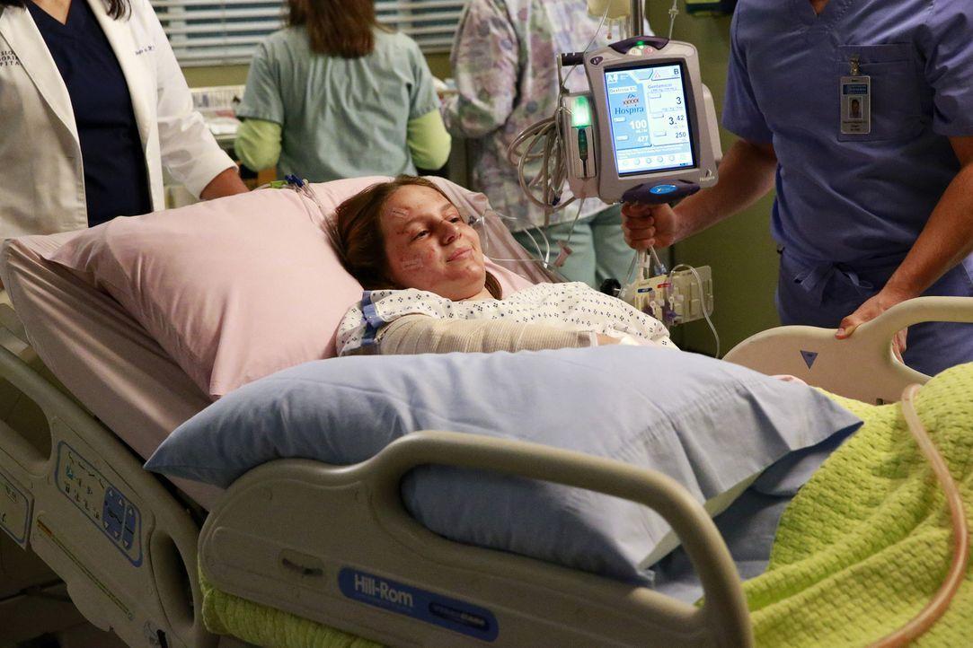 Jessica Tanner (Mandalynn Carlson) und ihre Freundin wurden von einem Zug erfasst - während die Ärzte um deren Leben kämpfen, geraten die Eltern der... - Bildquelle: Mitchell Haaseth ABC Studios