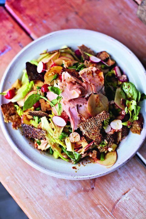 Wie wäre es mal wieder mit Lachs? Dieser vietnamesische Lachs-Salat ist eine willkommene Abwechslung zum Fleisch ... - Bildquelle: David Loftus 2013 Jamie Oliver Enterprises Ltd.
