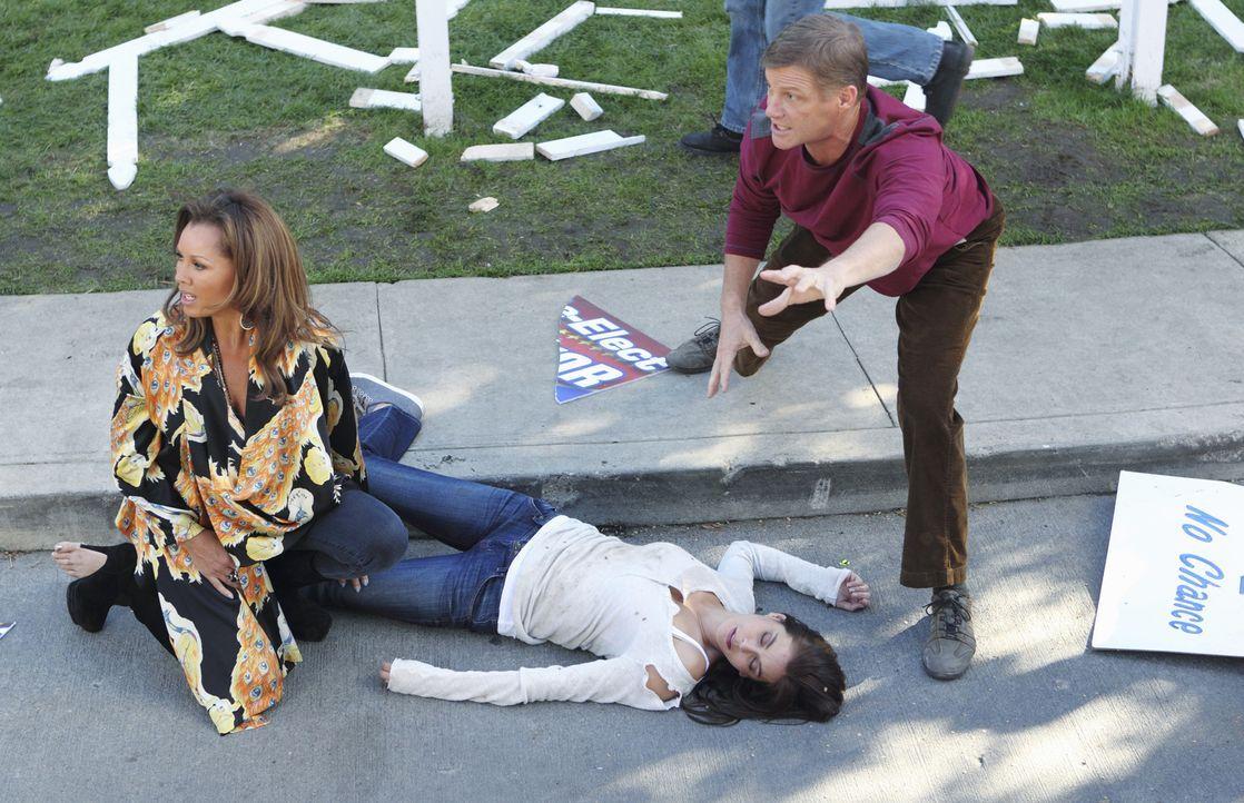 Während Tom (Doug Savant, r.) mit seiner Vergangenheit bezüglich Renee (Vanessa Williams, l.) konfrontiert wird, wird Susan (Teri Hatcher, M.) bei d... - Bildquelle: ABC Studios