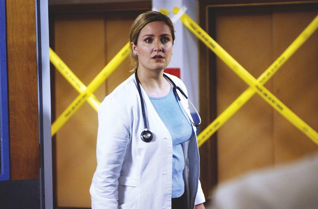 Dr. Lewis (Sherry Stringfield) , von Carter mit dem Krisenmanagement beauftragt, gelingt es nicht, die langsam unruhig werdenden Patienten zu beruhi... - Bildquelle: TM+  WARNER BROS.