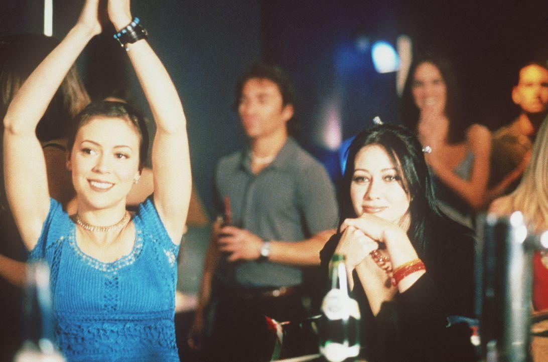 Nicht nur Prue (Shannen Doherty, r.) und Phoebe (Alyssa Milano, l.) sind von dem neuen Musikstar begeistert, sondern auch die Gäste des Clubs. - Bildquelle: Paramount Pictures