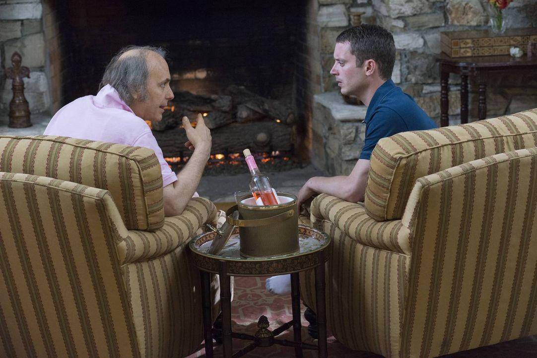 Kann und wird Bruce (Dwight Yoakam, l.) Ryan (Elijah Wood, r.) mehr über Wilfred und dessen Vergangenheit erzählen? - Bildquelle: 2013 Bluebush Productions, LLC. All rights reserved.