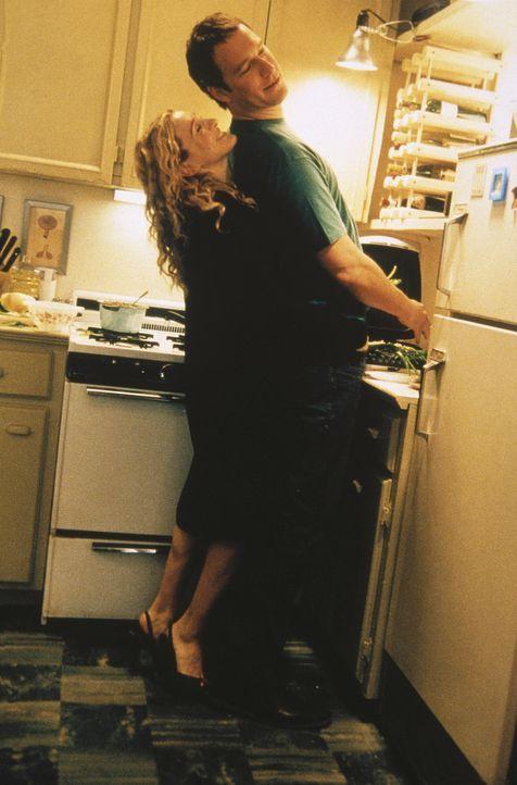 Nachdem Carrie (Sarah Jessica Parker, l.) und Aidan (John Corbett, r.) ihre Haustürschlüssel ausgetauscht haben, übberrascht Aidan Carrie kochend... - Bildquelle: Paramount Pictures