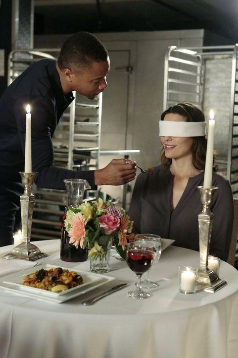 Bei einem romantischen Dinner merkt Jo (Alana De La Garza, r.), dass sich die Beziehung zu Isaac (Cuba Gooding Jr., l.) zu schnell für sie entwickel... - Bildquelle: Warner Bros. Television