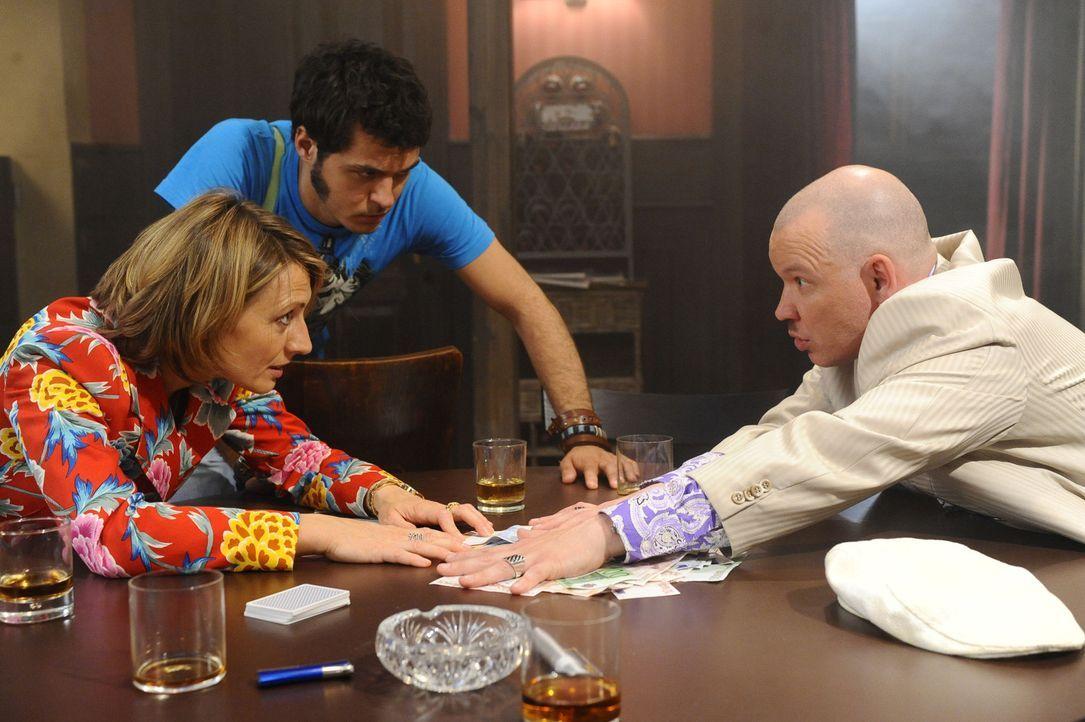 Brigitte (Joana Schümer, l.) verliert beim Pokerspiel gegen Enver Reinhardt (Waléra Kanischtscheff, r.). Maik (Sebastian König, M.) versucht die... - Bildquelle: SAT.1