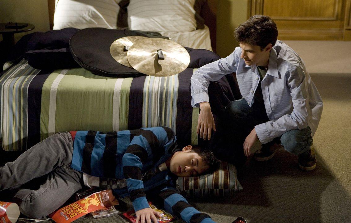 Nach der Trennung von Alice ist Henry (Allen Evangelista, l.) total fertig - doch was der wahre Grund für diese Trennung war, weiß auch Kumpel Ben (... - Bildquelle: ABC Family