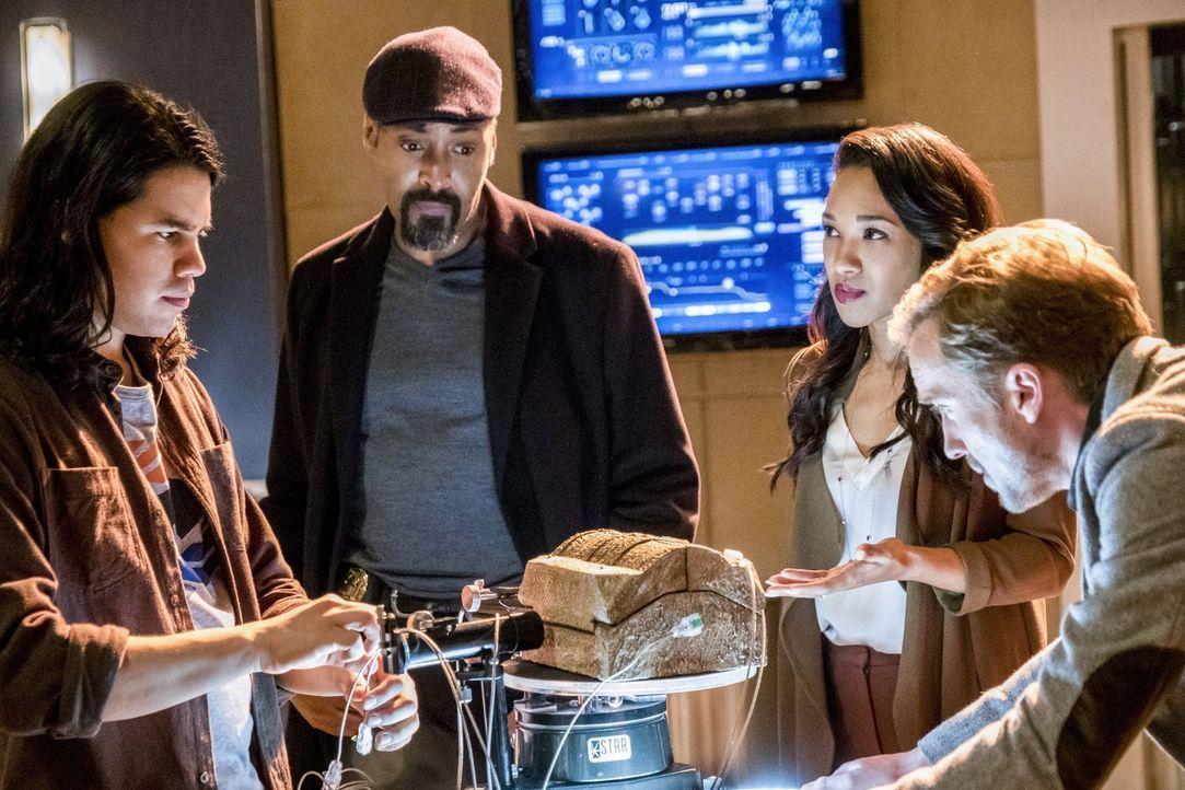 Als Barry bei den Savitar-Anhängern die Steinbox findet, welche eigentlich in der Speedforce sein sollte, müssen sich Julian (Tom Felton, r.), Cisco... - Bildquelle: 2016 Warner Bros.