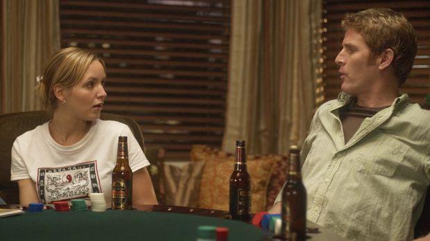 Als P.J. (Jordana Spiro, l.) erfährt, dass Mike (Jamie Kaler, r.) und seine K...