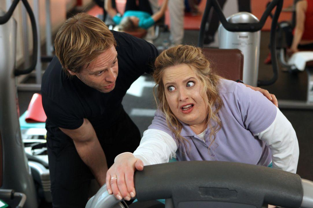 Als die mollige Pâtissière Eva (Diana Amft, r.) bei einer Lotterie einen Trainingstag mit dem Fitnessguru Nick gewinnt, bekommt sie dessen ganze A... - Bildquelle: SAT.1