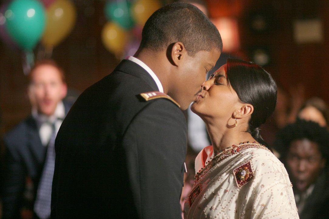 Der schönste Tag ihn ihrem Leben: Neela (Parminder Nagra, r.) und Michael (Sharif Atkins, l.) ... - Bildquelle: Warner Bros. Television