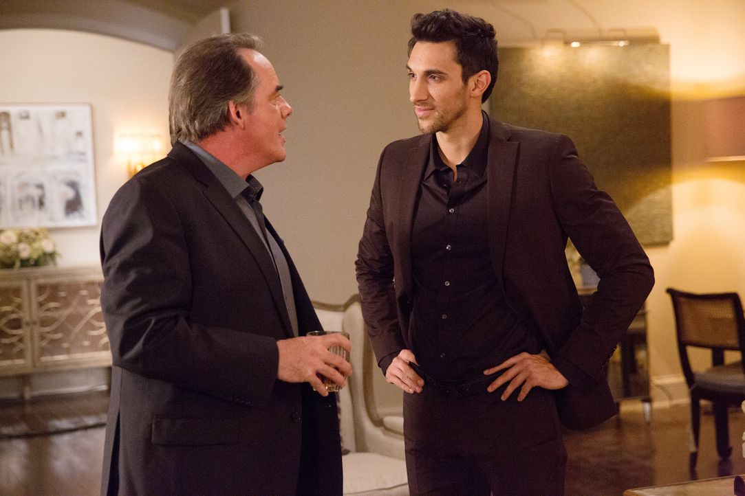 Als Tony (Dominic Adams) Adrian (Tom Irwin, l.) einen Gefallen tut, zieht er damit die Wut der Hausherrin auf sich ... - Bildquelle: 2014 ABC Studios