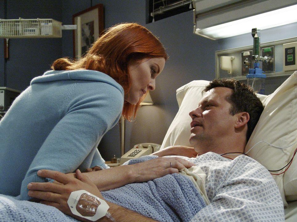 Als Rex (Steven Culp, r.) während seines Besuchs bei Maisy einen Herzinfarkt erleidet und im Krankenhaus landet, erfährt Bree (Marcia Cross, l.) von... - Bildquelle: Touchstone Pictures