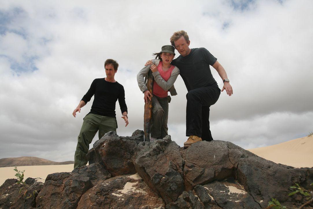 Die elfjährige Taylor (Mabel Rogers, M.) läuft durch eine Anomalie und findet sich in einer Wüste wieder. Nick (Douglas Henshall, r.) und Stephen... - Bildquelle: ITV Plc