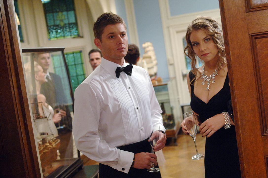 Bela (Lauren Cohan, r.) versucht Sam und Dean (Jensen Ackles, l.) beim Lösen ihres mysteriösen Falles zu helfen. Doch sie handelt nicht ganz selbs... - Bildquelle: Warner Bros. Television