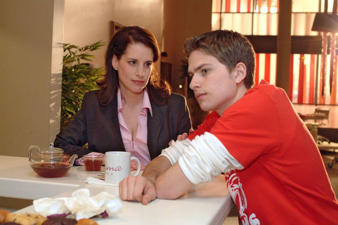 Timo (Matthias Dietrich, r.) ist verzweifelt, weil Kim nicht wie verabredet zum Konzert gekommen ist. Mit seinem Kummer vertraut sich seiner Mutter... - Bildquelle: Sat.1