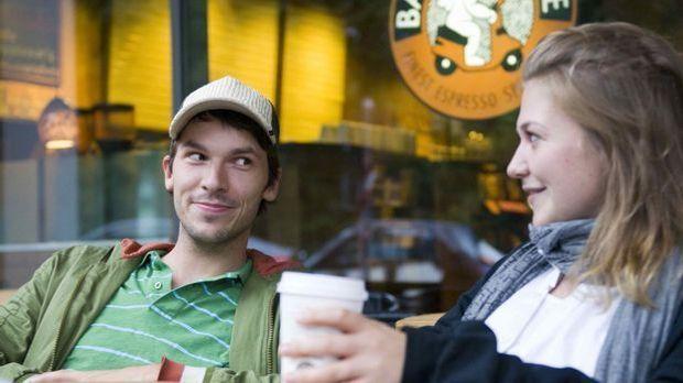 Der erste Schritt zum erfolgreichen Flirt: kurze Blickkontakte. Erwidert die...