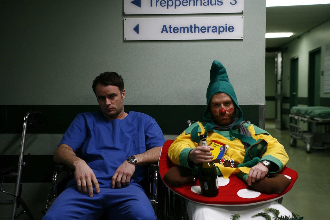 Rosenmontag. In der Klinik herrscht das Chaos, überall Betrunkene und Verletzte, die medizinisch betreut werden müssen. Leo (André Röhner, l.) ist a... - Bildquelle: Volker Roloff SAT.1