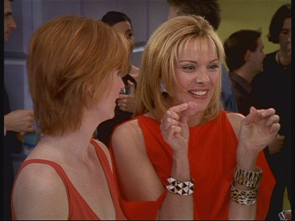 Beim abendlichen Cocktail schlürfend, preist Samantha (Kim Cattrall, r.) ihren Freundinnen künstliche Brustwarzen an. - Bildquelle: Paramount Pictures