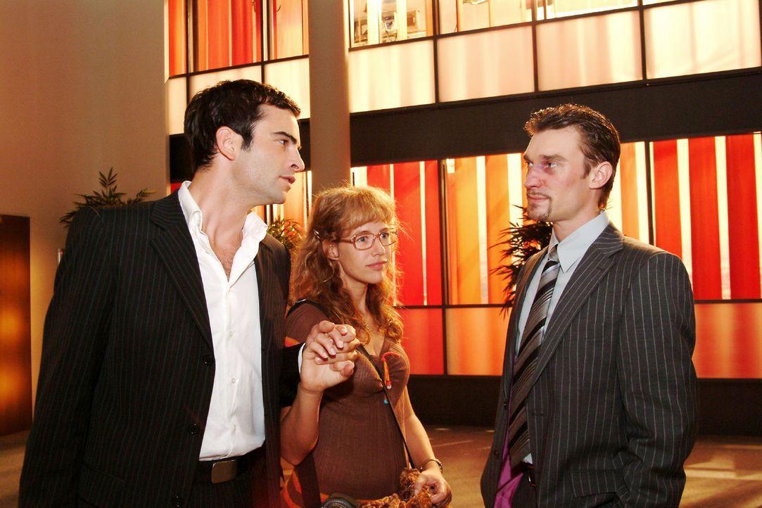 Gemeinsam mit David (Mathis Künzler, l.) braucht Lisa (Alexandra Neldel, M.) keine Angst vor Richard (Karim Köster, r.) zu haben ... (Dieses Foto... - Bildquelle: Sat.1