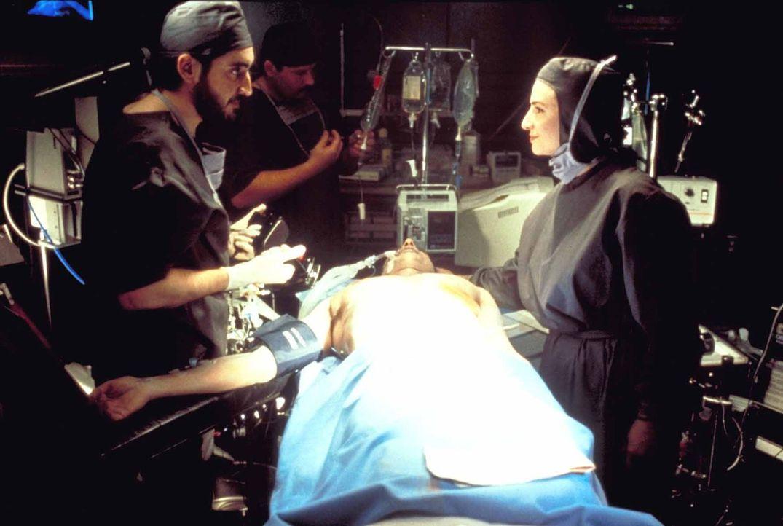 Wider Erwarten gelingt es Dr. Nyebern (Alfred Molina, l.), den klinisch toten Hatch (Jeff Goldblum, liegend) wiederzubeleben. Doch fortan verfolgen... - Bildquelle: TriStar Pictures