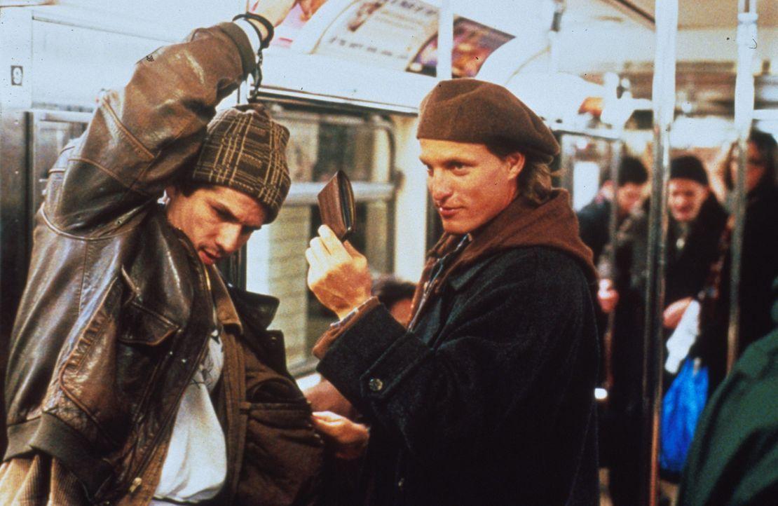 Im Labyrinth der New Yorker U-Bahn auf Verbrecherjagd: U-Bahn-Cop Charlie (Woody Harrelson, r.) ... - Bildquelle: Columbia Tristar