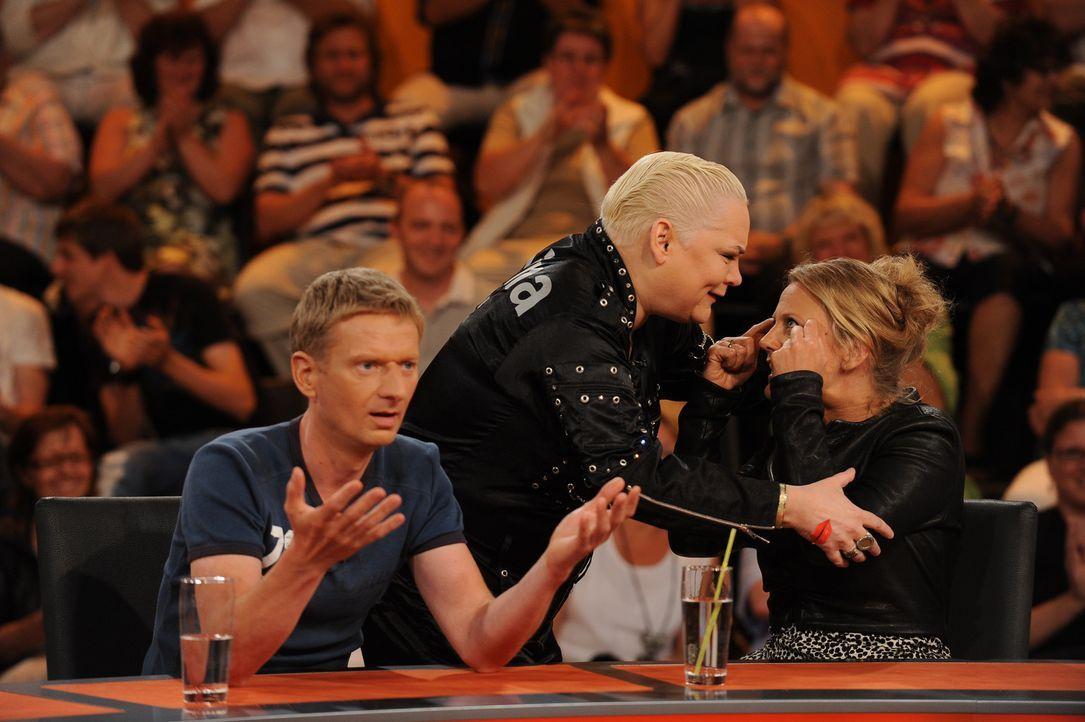 Sind fassungslos: Hella von Sinnen (M.), Michael Kessler (l.) und Barbara Schöneberger (r.) ... - Bildquelle: Sat.1