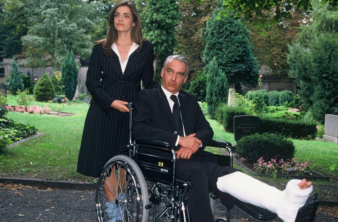 Sandra (Rebecca Immanuel, l.) und Felix (Christoph M. Ohrt, r.) auf der Beerdigung von Autohändler Horst Windeck. - Bildquelle: Hardy Spitz Sat.1