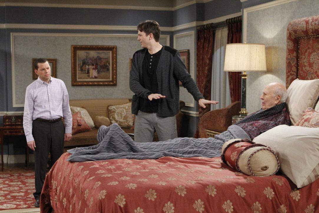 Alan (Jon Cryer, l.) und Walden (Ashton Kutcher, M.) versuchen, Marty (Carl Reiner, r.) umzustimmen und ihn zu überreden, Evelyn doch noch zu heirat... - Bildquelle: Warner Brothers Entertainment Inc.