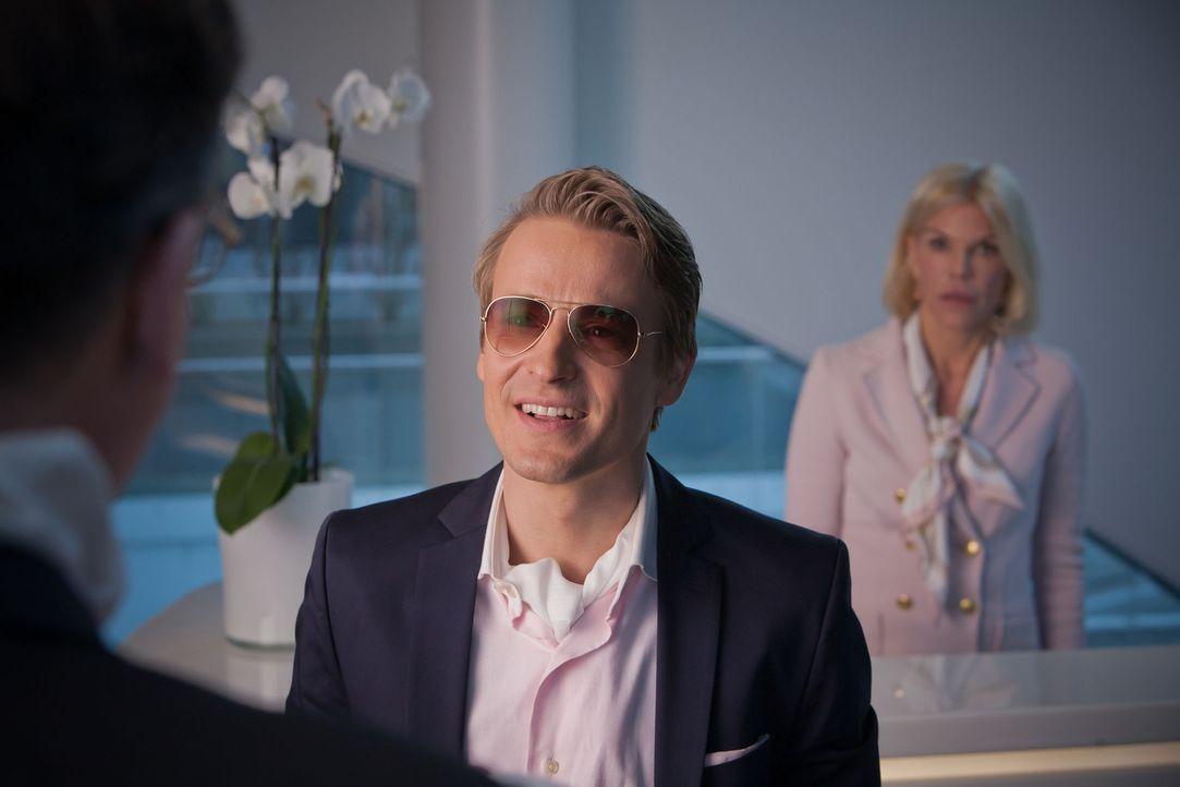 Schönheitsklinik wegen Steuerhinterziehung geschlossen, und auch Davids (Max von Pufendorf) Stelle als Oberarzt ist futsch! Jetzt gilt es, ganz sch... - Bildquelle: Conny Klein SAT.1