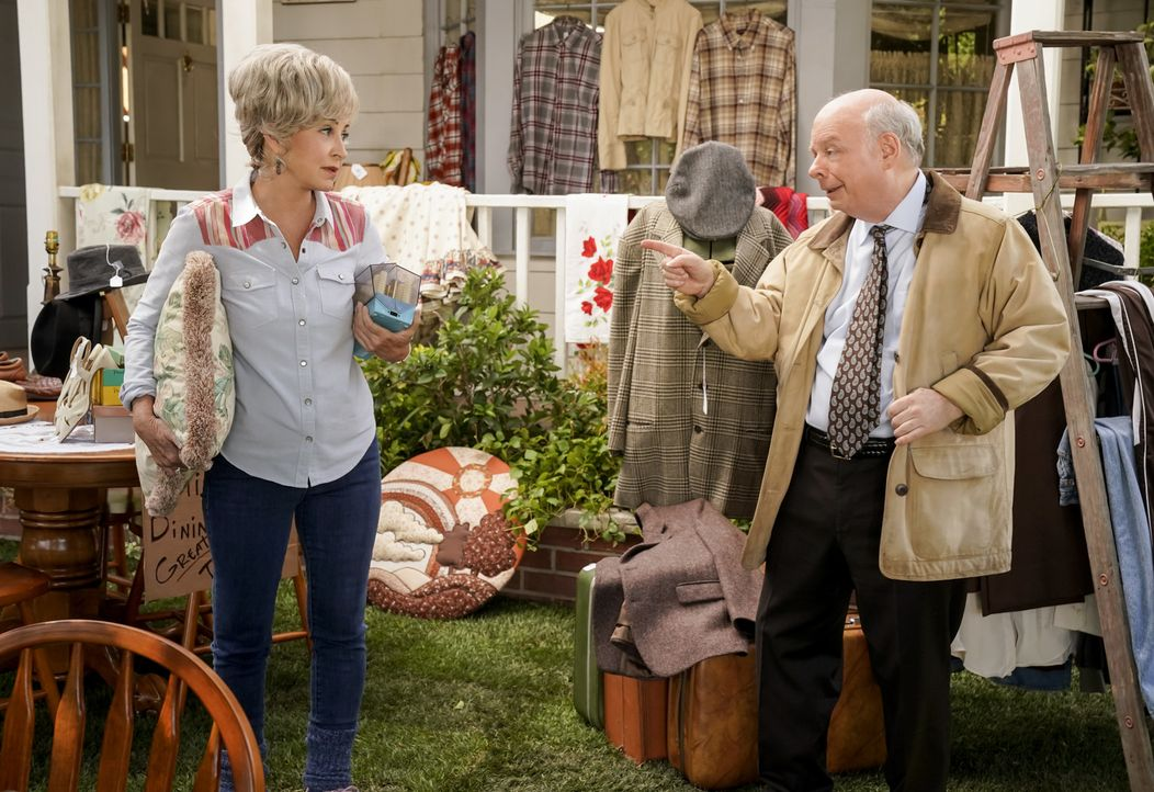 Meemaw (Annie Potts, l.); Dr. Sturgis (Wallace Shawn, r.) - Bildquelle: Cliff Lipson 2018 CBS Broadcasting, Inc. All Rights Reserved./Cliff Lipson